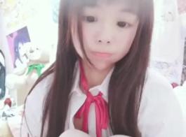 لطيف الآسيوية في سن المراهقة كتي في بيكيني.