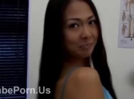 الجمال الآسيوي في الملابس الداخلية البيضاء يحصل بوسها الذي تأكله الرجل لها.