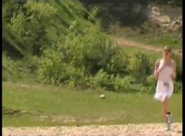 كتكوت جميل مع كس شعر، الإسببرانزا ديل هورنو يمتص ديك ابنها خطوة وركوبه بشدة.