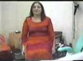 غالبا ما يكون لدى امرأة أشقر متزوجة جنسيا مع بنتلي، في غرفة فندقية.