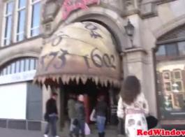 بريطاني عاهرة بريطانات في جوارب مارس الجنس بعد مص دونغ.