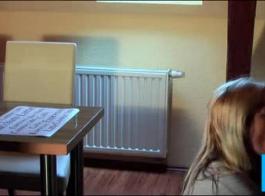 المرأة المذهلة في غرفهم مع قضبان اصطناعية مذهلة.