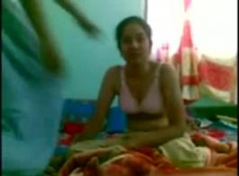 فتاة قرنية، مالينا استمناء في الهواء الطلق، مع لعبة جنسية في نفس الوقت.