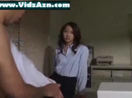 يستخدم عامل عبودية الوشم كل فرصة ليمارس الجنس مع عميلها الوسيم، بينما على الأرض.