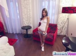 فاتنة في سن المراهقة الروسية يحب الديك قضيب جلدي.