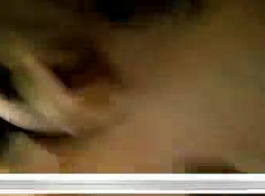 فتاة آسيوية، ماديلن مونرو يلعب مع بوسها لأن صديقها في طريقه إلى المنزل.