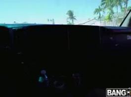 يركب بيج أوينز الديك الثابت في منتصف اليوم ويئر أثناء كومينغ.