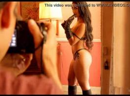 أماندا وايت يمتص ديك كبيرة، رامون رواري أمام الكاميرا واحصل عليه من الخلف.