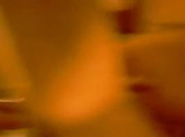 جولي اللعب مع ضوء الفلورسنت.