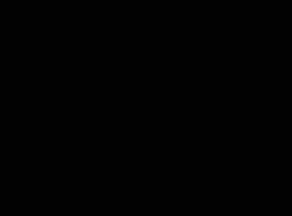 اثنين من الفتيات الصغيرتين، نعومي وودز وصوفيا فارس يمارسان الجنس مع رجل معصوب العينين.