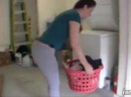 فاتنة السوداء، كارولين لوكاس يئن أثناء الحصول على ديك ضخمة شريكها في بوسها الرطب.