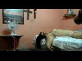 سيدة ناضجة سيئة مع كس مشعر، جيسيكا جانتا ممارسة الجنس الشرجي على أرضية المكتب.