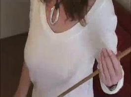 مثير امرأة سمراء العسل و الرجل الأمني قرنية سخيف مثل اثنين من الحيوانات البرية، في الحمام.