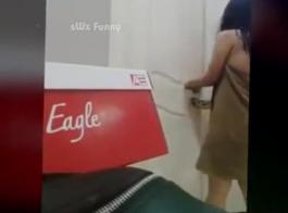 فتاة آسيوية في زي أحمر، راي يركع على الأرض وامتصاص ديك مثل الموالية.