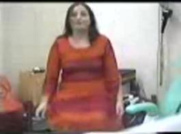 رائع، امرأة متزوجة تلعب مع ثديها بدلا من الاستعداد للعمل.
