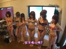 الفتيات ناضجة عارية تلاش الشعر البري على أريكة.