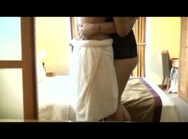 العاهرة الآسيوية والآسيوية وحبيبها هي ممارسة الجنس، مع الاستلقاء في السرير وعلى الأرض.