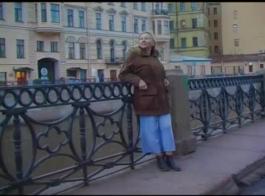 امرأة سمراء ناضجة الروسية، سيدة سونيا كانت ترتدي أي شيء سوى الأحذية ذات الكعب العالي مع ممارسة الجنس.