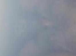 امرأة شقراء ناضجة في الملابس الداخلية المثيرة ترتدي زي مثيرة وردي بينما استمناء على الأرض.