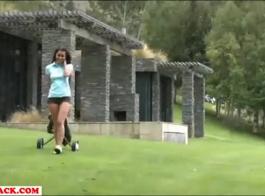 امرأة سمراء مثير بالإصبع بلطف لها تمرغ كس الرطب، بينما أمام الكاميرا.