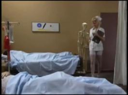 ممرضة ناضجة، ستايسي هي سخيف سرا شاب في مكتب الطبيب، كل يوم.