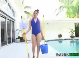 غالبا ما تكون خادمة اللاتينية ممارسة الجنس غير الرسمي مع صاحب العمل، لأنها تحب الديك الصلب الصخري.