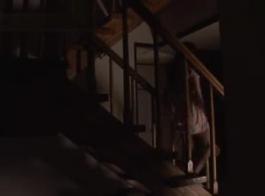 وقحة ساخنة في جوارب سوداء والكعب العالي، كينزي كاي هو الحصول على بوسها يمسح أثناء اللعب مع ألعاب الجنس.