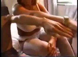 الصغيرة امرأة عارية وامتصاص اثنين من الديوك الصلبة، بينما الركوع على الأريكة.