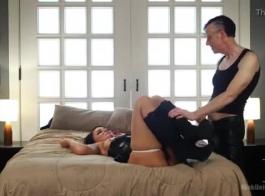 نهر لندن هو ممارسة الجنس بالبخار مع ميس ميا، في حين أن صديقها خارج المدينة.