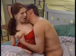 أحمر الشعر فاتنة تجريد ولعب مع بوسها.