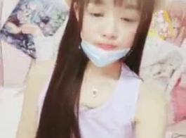 يعطي في سن المراهقة الآسيوية لطيف تدليك كس لطيف مع دسار ضخمة مباشرة على مهبلتها شعرها.