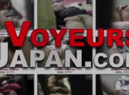 امرأة سمراء اليابانية مع الثدي الكبيرة هي الحصول على مارس الجنس أثناء التدليك الجنسي غير الرسمي، على طاولة التدليك.