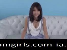 ينحني في سن المراهقة اليابانية ويحصل على مارس الجنس في غرفة الخزانة
