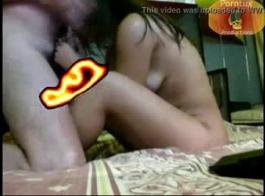 فيديو ولد نايم بنت تجلس عل