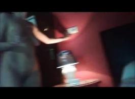 تين في سن المراهقة هو مص الديك أمام الكاميرا، لأن صديقتها تريد تسجيلها.