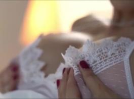 امرأة سمراء مفلس مارس الجنس من قبل الجد.
