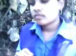 الفتيات الكلية المشاغب يتناوبان مص ديك واحد بينما يحاول شخص ما تسجيل مشهد.