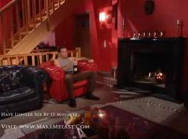 جمال ناضج يرقص على الأريكة.