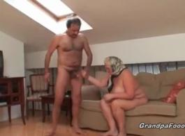 جدة شقراء، هونا كو ينتشر ساقيها، في حين أن الرجل الأسود وسيم يلع لعق بوسها بلطف.