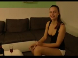 مثير في سن المراهقة هو إعطاء دروس جنسية مجانية من صديقها الذي على وشك العودة إلى المنزل.