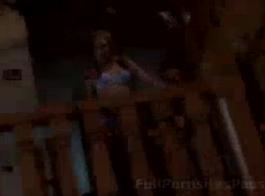 امرأة سمراء ضئيلة مارس الجنس صديقها، بينما كان فرك ديك له يديه لينة.