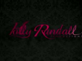رايلي ريد هو شقراء ساخن مع كبير الثدي على وشك الحصول على عارية تماما.