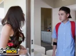 في سن المراهقة مفلس يستخدم فرصة لإغواء الرجل المتزوج من حيها وامتصاص الديك الثابت.