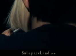 فتاة شقراء غريب إغراء رجل تحب بينما كان والديها خارج المدينة.