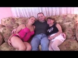الفتيات الساخنة يلهون مع صديقهم وجعل الفيديو الإباحية معه.