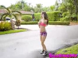 لطيفة كاسيدي الحب هو السباحة الساقين في عمق حمام السباحة من فتاة روسية سلوتي، التي تسري.