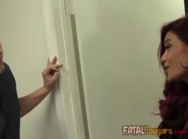 ناضجة، أنيق، امرأة ذات شعر أحمر تتمثل في ممارسة الجنس البري مع رجل وسيم تحب.