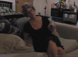 الجدة الهواة تبقى في المنزل واستخدام كل فرصة ليمارس الجنس مع شاب.