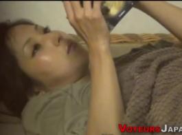 امرأة سمراء اليابانية الأمومة تختفي ببطء ملابسها في الحمام وتستعد للتدليك.