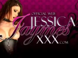 امرأة سمراء متعرج، جيسيكا جايمز تلعب مع بوسها المشعر والاستمتاع بكل ثانية منه.